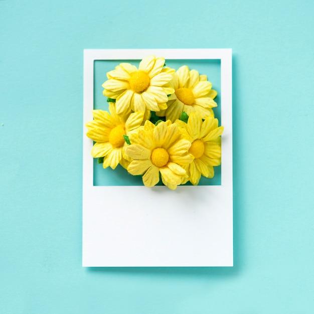 Un mazzo di fiori in una cornice Foto Gratuite