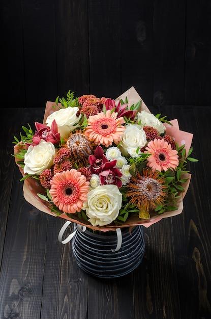 Un Mazzo Di Fiori.Un Mazzo Di Fiori Su Un Fondo Di Legno Scuro Bouquet Con Rose