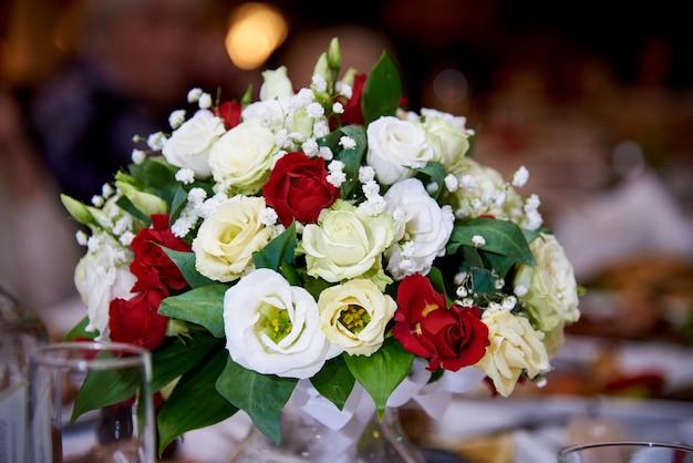 Un mazzo di fiori sul tavolo del ristorante. Foto Premium