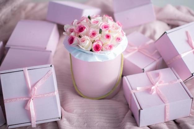Un mazzo di rose senza persone o solo con le mani di una modella un regalo per un compleanno o per san valentino Foto Premium