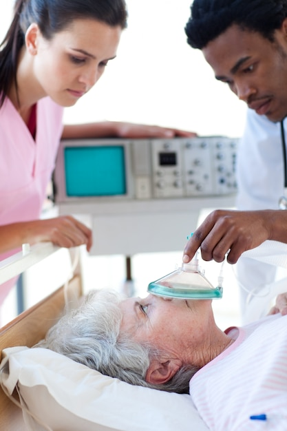 Un infermiere che esce con un medico