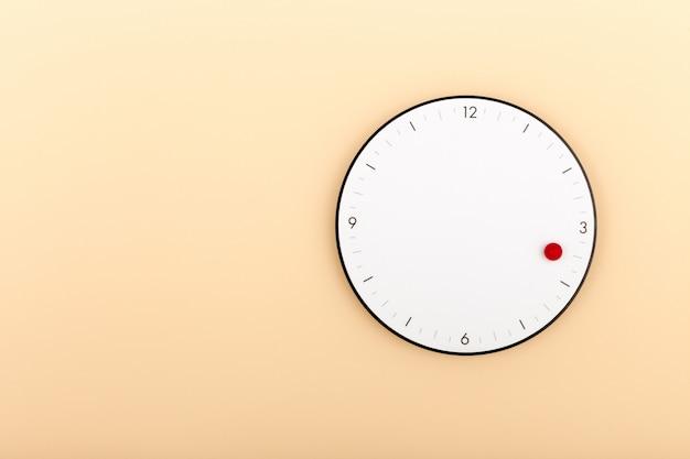 Un moderno orologio bianco appeso al muro arancione Foto Premium