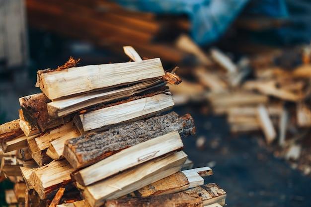 Un mucchio di legna accatastata, preparato per il riscaldamento della casa Foto Premium