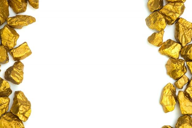 Un mucchio di pepite d'oro o minerale d'oro su sfondo bianco, pietra preziosa o grumo di pietra dorata, finanziaria e concetto di business. Foto Premium