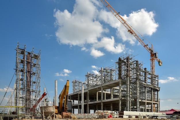 Un nuovo sito di costruzione con gru a torre Foto Premium