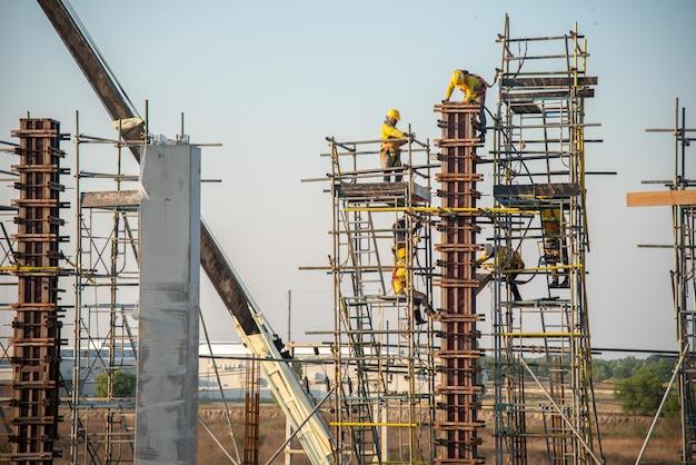 Un operaio edile di sicurezza lavora in alto Foto Premium