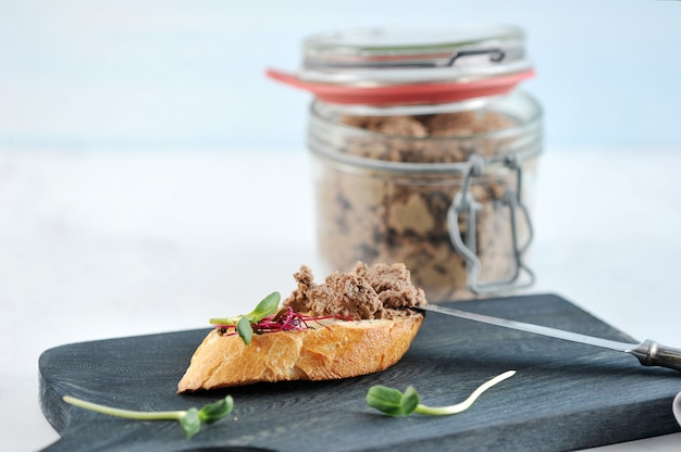 Un panino di toast bruciato con patè ed erbe Foto Premium