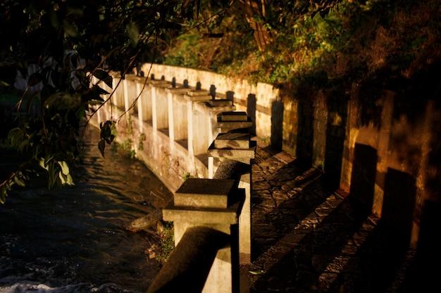 Un pavimento di pietra, un sentiero vicino al fiume. Foto Premium