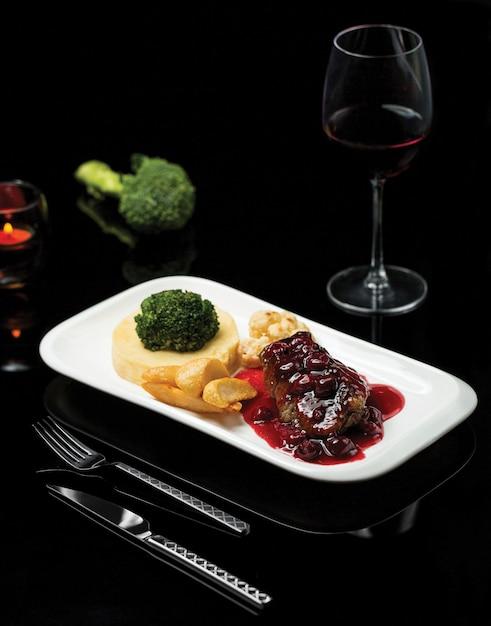 Un piatto di bistecca in salsa di vino rosso e purè di verdure Foto Gratuite