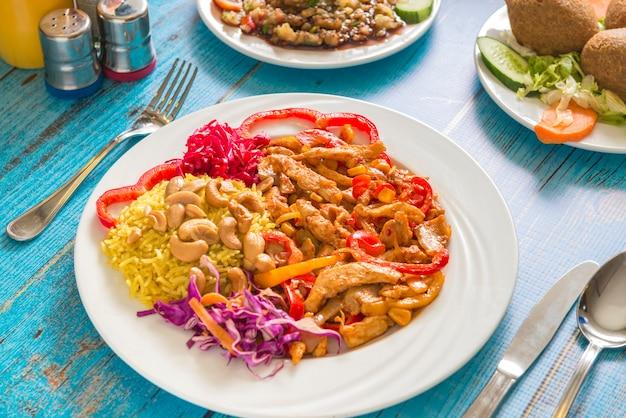 Un piatto di pollo messicano Foto Premium