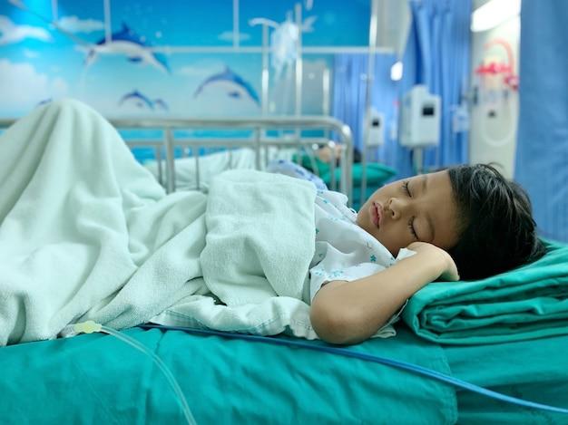 Un ragazzo asiatico che è malato di adenoide Foto Premium
