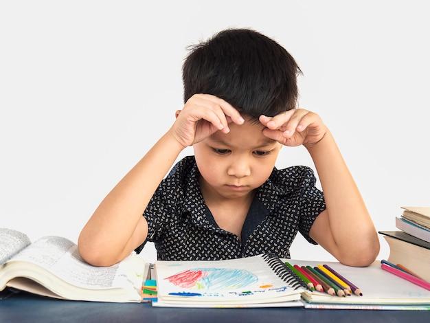 Un ragazzo è infelice a fare i compiti Foto Gratuite