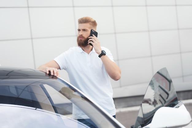 Un ragazzo giovane con la barba che parla al telefono Foto Premium