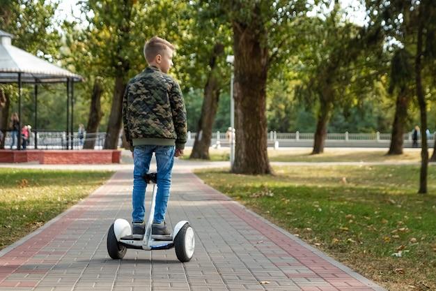 Un ragazzo in sella a un hoverboard nel parco Foto Premium