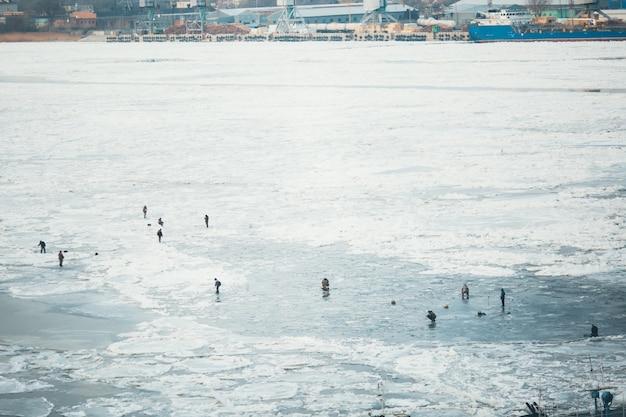 Un sacco di pescatori per la pesca invernale. competizioni per la pesca invernale. Foto Premium