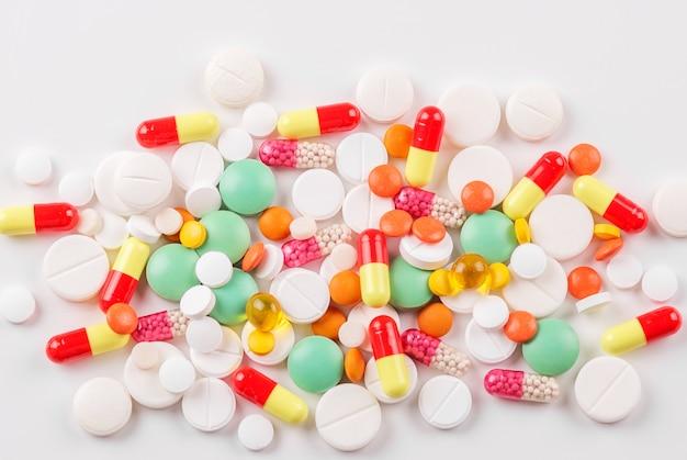 Un sacco di pillole e vitamine. vista dall'alto. il concetto di medicina, malattia, salute. Foto Premium