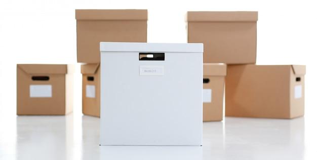Un sacco di scatola di cartone di colore kraft. tema di spostare dal fornitore il carico di scarico di merci in consegna da internet all'acquirente Foto Premium