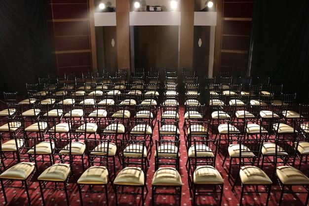 Un sacco di sedie messe in fila nell'auditorium Foto Premium