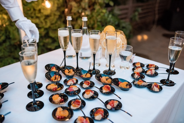Un sacco di spuntini freddi sul tavolo del buffet, catering Foto Premium