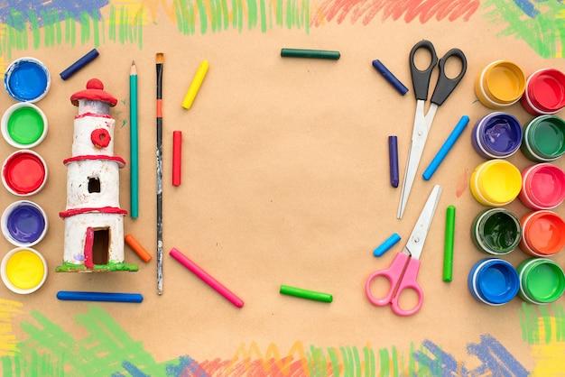 Un set di materiali per la creatività e il disegno di hobbies. Foto Premium