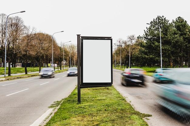 Un tabellone per le affissioni vuoto per la pubblicità sulla via della città Foto Gratuite