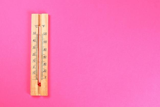 Un termometro di legno che mostra 30-40 gradi di calore Foto Premium