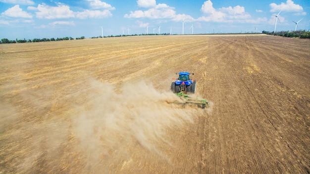 Un trattore che ara e che semina nel campo Foto Premium