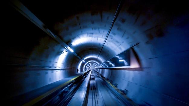 Un tunnel per treni all'aeroporto di zurigo, concetto di velocità e tecnologia Foto Premium