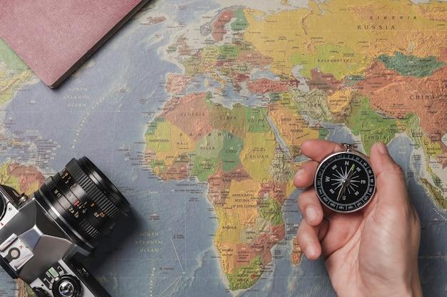 Un turista in possesso di un compasso, pianificando la sua vacanza. Foto Premium