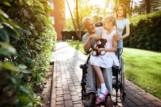 Un uomo anziano è seduto su una sedia a rotelle Foto Premium