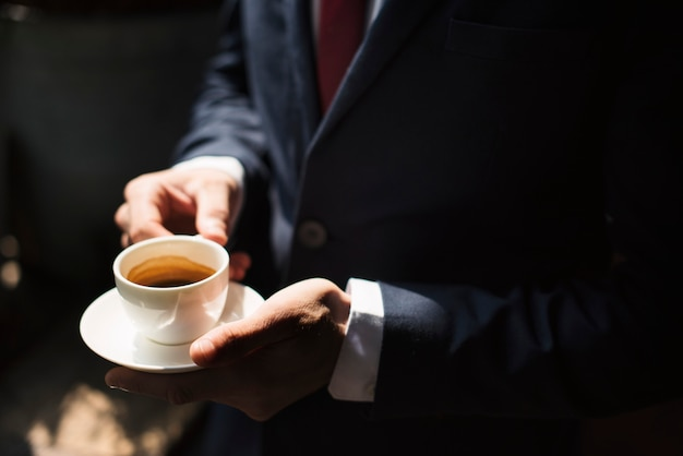 Un uomo d'affari con caffè Foto Gratuite