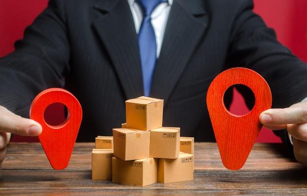 Un uomo d'affari stabilisce una destinazione per la consegna delle merci. mercato globale e affari, importazione ed esportazione Foto Premium