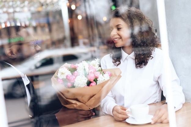 Un uomo di colore venne ad un appuntamento con una ragazza in un caffè. Foto Premium