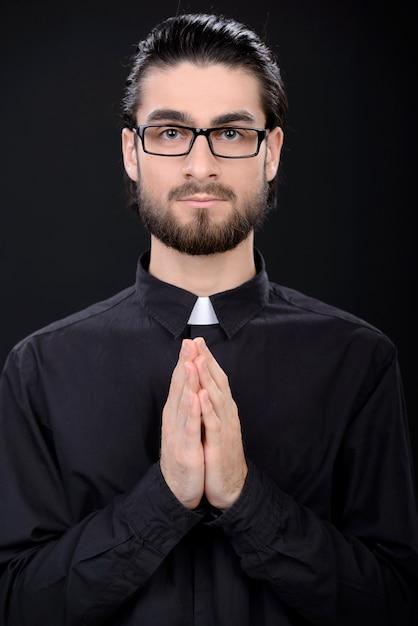 Un uomo è in piedi con gli occhiali e incrociò le braccia. Foto Premium