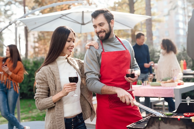 Un uomo e una donna bevono vino durante un picnic. Foto Premium