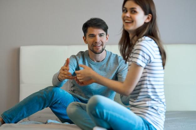 Un uomo e una donna sono seduti sul letto e parlano di una relazione, un vero litigio Foto Premium