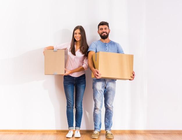 Un uomo e una ragazza stanno con le scatole. Foto Premium