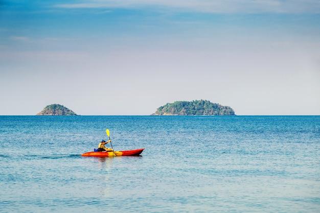 Un uomo in kayak nel mare ko chang Foto Premium