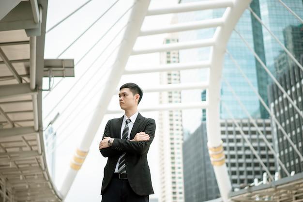 Un uomo indossa un abito nero, camicia bianca e cravatta. Foto Premium
