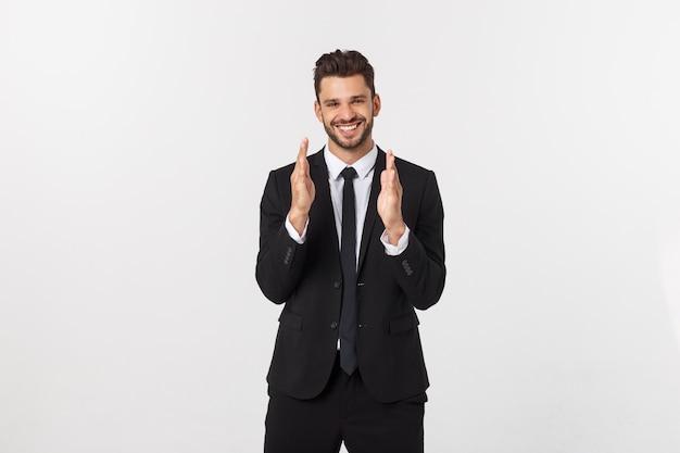 Un uomo mostra con le mani grandi dimensioni su un muro isolato Foto Premium