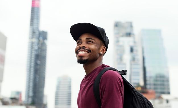Un uomo nel servizio di moda della città Foto Gratuite