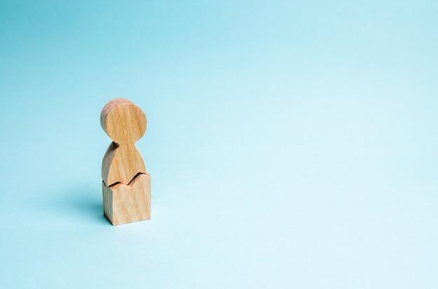 Un uomo solitario con una crepa. il concetto di violenza fisica e psicologica Foto Premium