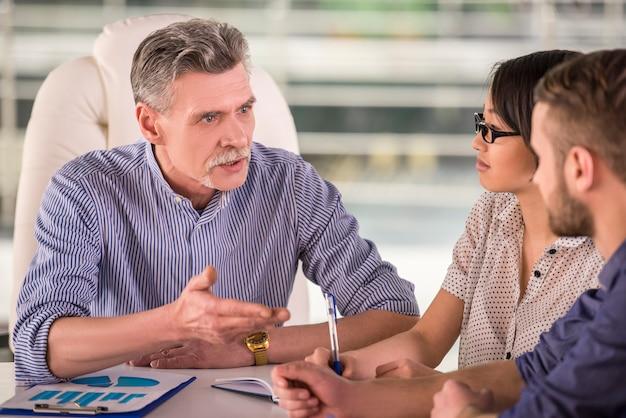 Un uomo spiega qualcosa ai suoi colleghi di lavoro. Foto Premium
