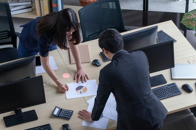 Un uomo sta spiegando il lavoro a una ragazza alla scrivania. Foto Premium