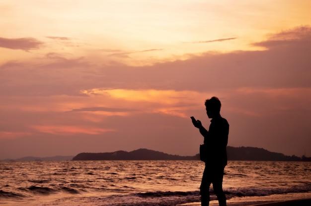Un uomo tiene i ricordi con il cellulare con fotocamera in mano Foto Premium