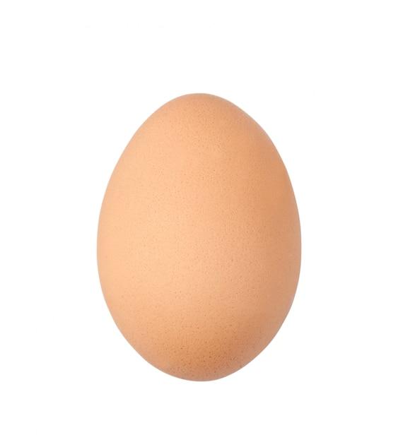 Un uovo crudo isolato su bianco con il percorso di ritaglio Foto Premium