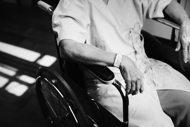 Un vecchio paziente in un ospedale Foto Gratuite