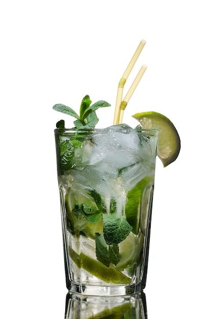 Un vetro del cocktail di mojito su bianco ha isolato lo studio del fondo Foto Premium