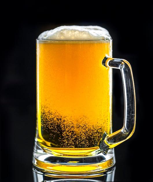 Un vetro della macrofotografia della birra fredda Foto Gratuite