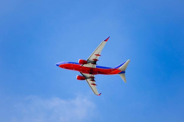 Un volo aereo con un cielo blu soleggiato Foto Premium